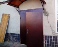 Dver` vhod metallicheskaia
