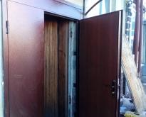 Dver` vhod metallicheskaia1
