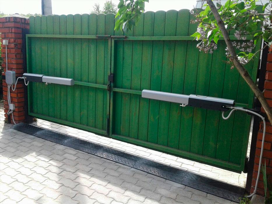 ворота распашные с автоматикой фото красного